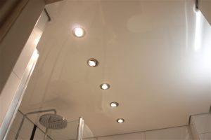 Weiße Lackspanndecke im Badezimmer mit Downlights