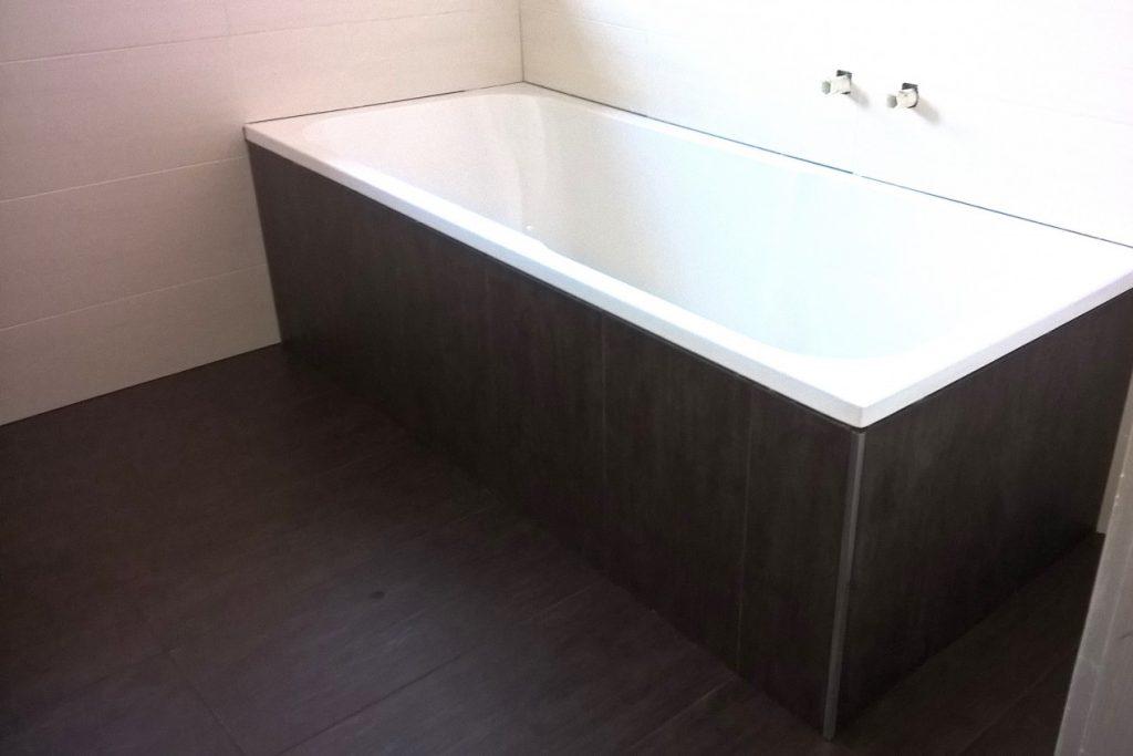 Badewanne und Fliesen-Design in einem privaten Badezimmer