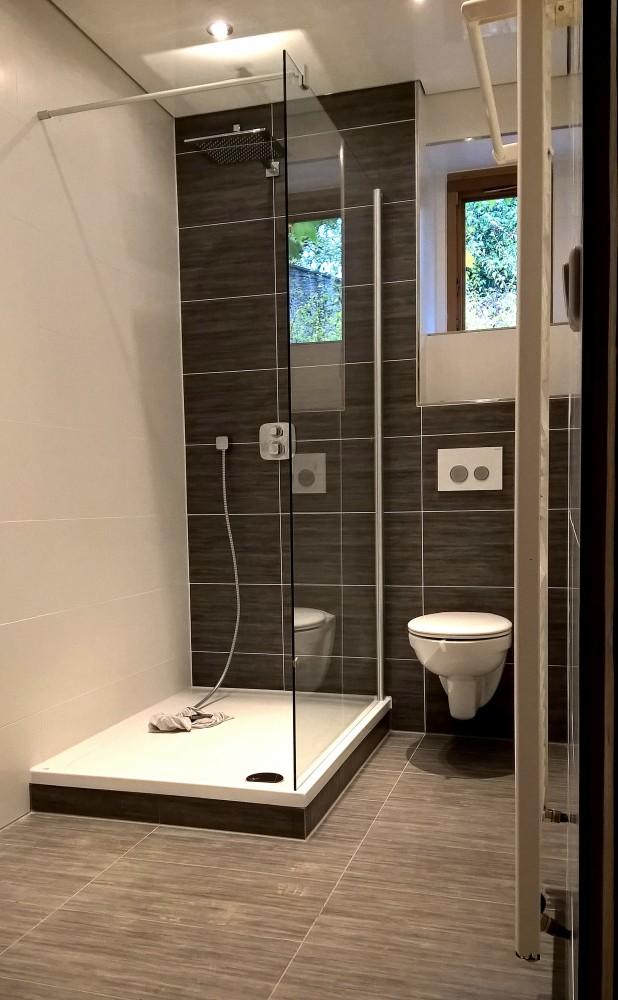 Großflächige Designfliesen in einem privaten Badezimmer