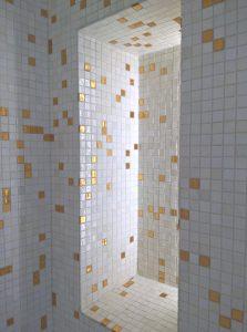 Privatbad mit Mosaikfliesen in einer Wandnische
